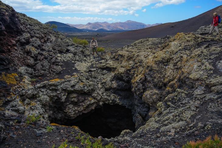 Blick in einem Lava Tunnel in der Nähe des Timanfaya Nationalparks