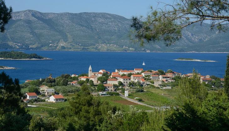 Blick auf Lumbarda Insel Korcula mit dem Berg Sv.Iija im Hintergrund