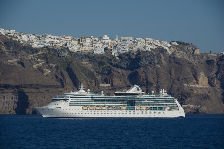 Kreuzfahrtschiff vor Fira, Santorin